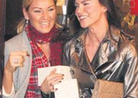 HERKES YADIRGADI   Türkiye'nin en ünlü ve zengin iki kadını Pınar Altuğ ve Ebru Şallı Tan, Blackberry firmasının düzenlediği partide dağıtılan bedava telefonlardan çifter çifter alınca eleştiri okları da onlara çevrilmişti.   Aynı partide hediye telefon alanlardan biri de Ajda Pekkan'dı.