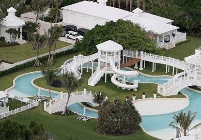 """Havuzun çok büyük olduğunu söyleyen komşuları """"Havuz değil, evinin bahçesine sanki okyanus yaptırıyor. Kanada'daki tüm ailesi gelse, bu büyük havuzda rahatça yüzebilir. Celine Dion'un görgüsüz biri olduğunu düşünüyoruz"""" diye konuştular.   Celine Dion ve eşi Rene Angelil'in, 12 buçuk milyon dolarlık evlerinin değerini artırmak için havuz yaptırdıkları ileri sürülmüştü."""