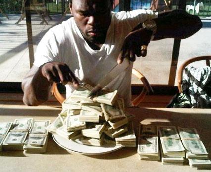 """Tabağın içine koyduğu bir deste paraşı yiyormuş gibi poz veren 50 Cent """"İyi yiyorum bebek ve hala açım"""" mesajını da yazmıştı."""