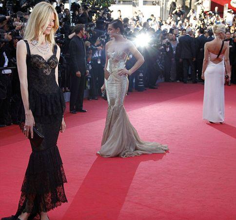"""Geçen yıl doğum yapan Alman manken Claudia Schiffer, cuma akşamı, """"This Must Be The Place"""" filminin galası için Cannes Film Festivali'ne katıldı.   Kırmızı halının üzerinde yürüyen Claudia'da, doğum yapan birçok ünlü manken gibi fazla kilodan eser yoktu."""