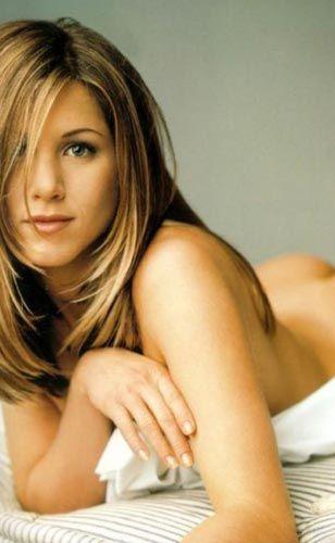 """Jennifer Aniston (40)  """"Friends"""" dizisiyle şöhrete kavuşan ve birbiri ardına çevirdiği filmlerle ününe ün katan Jennifer Aniston, 11 Şubatta 40 yaşına """"merhaba"""" dedi.   Güzelliğinin doruğunda olan Aniston, saç stili ve giyim tarzıyla da pek çok kadın tarafından örnek alındı.  Ünlü aktör Brad Pitt ile evlenen ve ardından olaylı biçimde boşanan Aniston, hareketli yaşamıyla da haberlere konu oluyor."""
