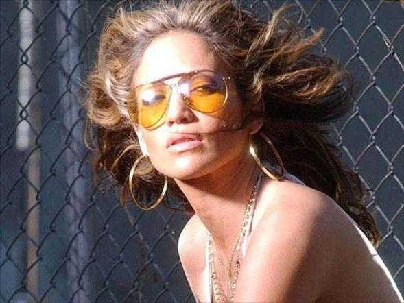 """Jennifer Lopez (40)  Pop müziğin ve sinemanın ünlü ismi Jennifer Lopez, 24 Temmuzda 40 yaşına bastı. Eşi şarkıcı Marc Anthony ile yaş günü partisi düzenleyen Lopez, Manhattan'daki Edison Ballroom'daki etkinlikte çok mutlu görünüyordu.   Eşi tarafından organize edilen partide ünlü isimlerle yeni yaşına """"merhaba"""" diyen Lopez, beyaz çiçeklerle süslenmiş salonda güzelliğiyle partinin yıldızı oldu.   Bir süre önce ikiz bebek annesi olan Lopez, Max ve Emme ismini verdiği ikizleriyle de yakından ilgileniyor."""
