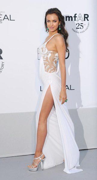 Seksi model Irina Shayk  ünlü futbolcu Cristiano Ronaldo'nun sevgilisi olarak biliniyor.