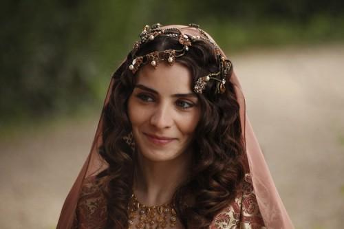 Kanuni Sultan Süleyman, Hürrem Sultan'ı görür görmez öyle büyük bir aşka tutuldu ki oğlu Şehzade Mustafa'nın annesi, Mahidevran Sultan'ı bile unuttu. İşte Kanuni Sultan Süleyman'ın Hürrem'e yazdığı o gazelin günümüz Türkçesi'ne çevrilmiş hali:   Benim birlikte olduğum, sevgilim  Parıldayan ayım, Can dostum, en yakınım, güzellerin şahı sultanım.