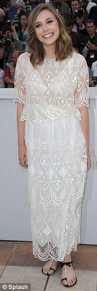 Elizabett Olsen, kızkardeşlerinin markası olan The Raw koleksiyonundan bir elbiseyle poz veriyor.