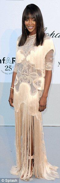 Naomi Campbell beyaz püsküllü ve dantelli elbisesiyle...