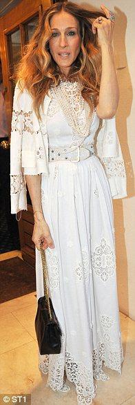 Sarah Jessica Parker'în elbisesi ve Ceketi Dolce&Gabbana. Bize sorarsanız çok başarılı bir görüntü değil.