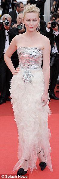 Ödül gecesinde Kirsten Dunst kırmızı halıda korset Chanel elbisesiyle yürüdü.