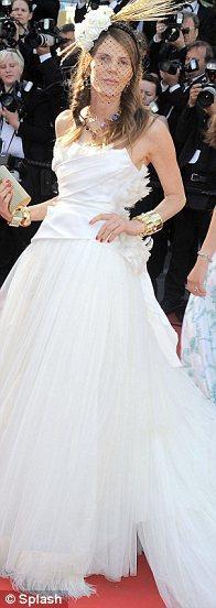 Vouge Japonya dergisinin editörü Anna Dello Russo eteği yerlere kadar uzanan gelinlik görünümlü bir elbise tercih etmiş. Elbise güzel ama, bir düğüne daha çok yakışabilirdi.