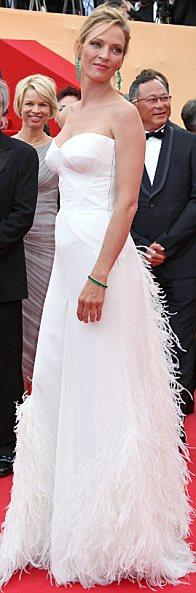 Uma Thurman'ın açılış gününde giydiği derin yırtmaçlı Versace elbisesini ve zümrüt takılarını ne kadar çok beğendiğimizi zaten belirtrmiştik...
