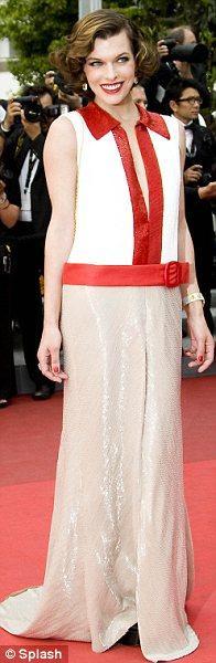 Milla Jovovich özel dikimli Prada tuvaletiyle 1920'lerin modasına odaklanmıştı.
