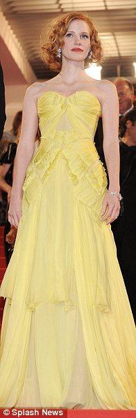 Jessica Chastain kırmızı halıda bu sarı Zac Posen tuvaletiyle yürüdü.
