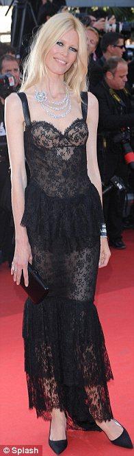 Claudia Schiffer siyag, dantel bir Chanel giymiş. Elbiseyi hareketlendirmek amacıyla yapılan katlar, bizce gereksiz.