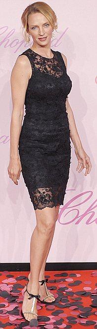 Uma Thurman siyah Dolce & Gabbana elbisesiyle yine çok şık görünüyor.