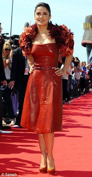 Salma Hayek'in Gucci deri elbisesini takdir ediyoruz ama, çiçekli bolerosu hakkında aynı şeyi söyleyemeyeceğiz.