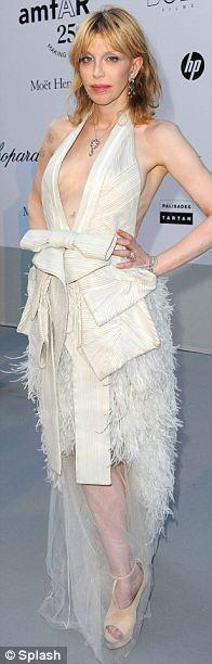 Courtney Love'ın seçtiği Givenchy elbise çok güzel, ama zaten çok solgun olan rengini, iyice solgun göstermiş .