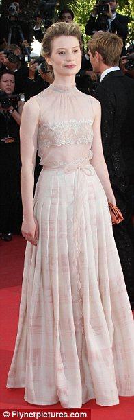 Mia Wasikowska'da doğru rengi seçemeyenlerden. Yine de Valentino tuvaleti Courtney Love'unkinden daha iyi görünüyor.