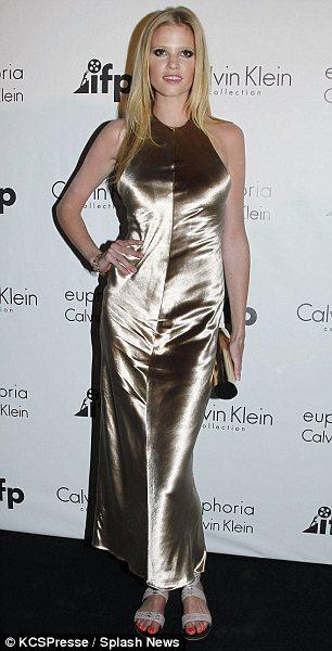 Lara Stone'un kendisine kısa gibi görünen elbisesi hiç iç açıcı değil.