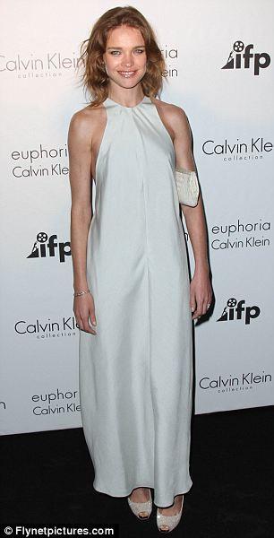 Güzel model Natalya Vadinova'da bu Calvin klein elbiseden daha iyisini bulabilirmiş.