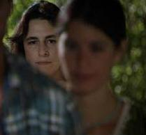 """Mukaddes Yenge'nin bu kadar öne çıkmasında onu canlandıran Esra Dermancıoğlu'nun oyunculuğunun katkısı tartışılmaz.   Hatta öyle başarılı oldu ki Dermancıoğlu daha dizinin ikinci bölümünün yayınlandığı akşam Facebook'ta """"Mukaddes Yenge'yi tokatlamak isteyenler"""" sayfası bile açıldı."""
