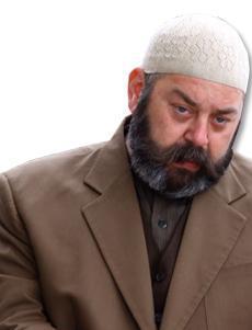 Aslında aklından binbir fesatlık geçen ama dışarıya karşı dini bütün gibi görünen bu karakteri deneyimli oyuncu Ali Düşenkalkar canlandırıyor.