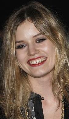 1992 doğumlu genç yıldızın da ön dişleri ayrık.