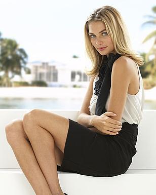 Güzel manken Jessica Hart, ünlü moda firmalarının gözdesi olan mankenlerden biri.