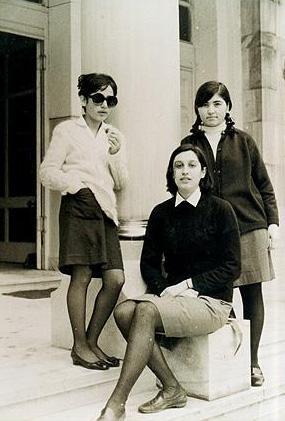 Bu fotoğrafta sol tarafta duran gözlüklü genç kızı tanıyabildiniz mi..
