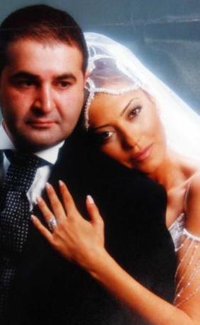 Türk Malı dizisinin Erman Kuzu'su Şafak Sezer, Esra Hanım ile evli.