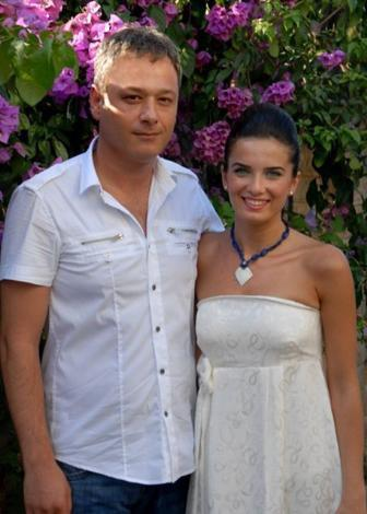 Çocuklar Duymasın dizisinde yeni nişanlanan Duygu karakterini oynayan Hayal Kahraman Özalp henüz genç ama bir yılı aşkın bir süredir evli.