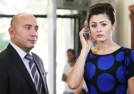 Yaprak Dökümü dizisinde Ferhunde'nin bir dönem evlenip boşandığı Mithat karakterini oynayan Mustafa Avkıran da bir meslektaşıyla evli.