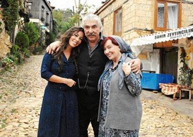 Güzin Özyağcılar dizide Halit Karadağ'ın evinde çalışan Esma Kadın rolünde.
