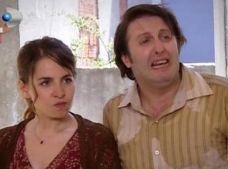 Aynı dizide Dinçel'in oynadığı Nazan karakterinin eşi Mürsel'i canlandıran İlker Ayrık ise gerçek hayatta Sanem Ayrık ile evli.