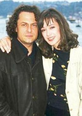 Bennu Yıldırımlar gerçek hayatta tiyatro sanatçısı Bülent Emin Yarar ile evli ve bir kızı var.