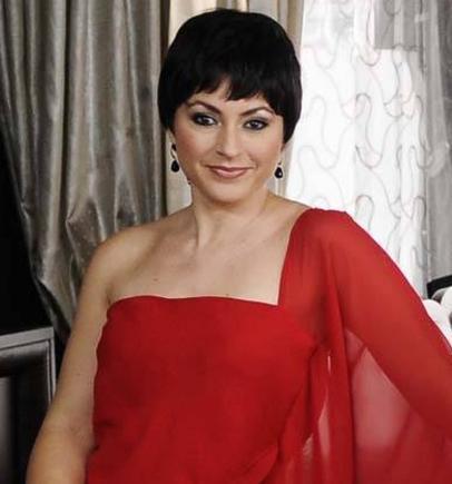Yeni yayınlanmaya başlayan Kızım Nerede dizisinde rol alan Yonca Cevher Yenel, sahne tasarımcısı Ali Yenal ile evli.