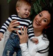 Usta aktör Mahmut Cevher'in kızı olan Yonca Cevher'in Ali Deniz adında bir oğlu var.
