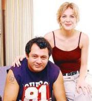 Kaşifoğlu'nun eşi tiyatro sanatçısı Uğur Uludağ.   (Hürriyet)