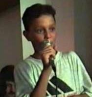 Bu çocuk günümüzün ünlü şarkıcılarından biri. Ama belli ki bu alanda kariyer yapmayı daha o zamanlar kafasına koymuş.   Bundan yaklaşık 21 yıl önce bir düğünde şarkı söylerken görüntülenen bu ünlü bakın kim..