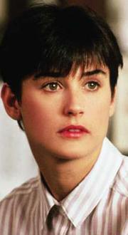 Demi Moore, Hayalet filmiye kariyerinin en büyük çıkışını yaptığı 1990 yılında böyle görünüyordu.