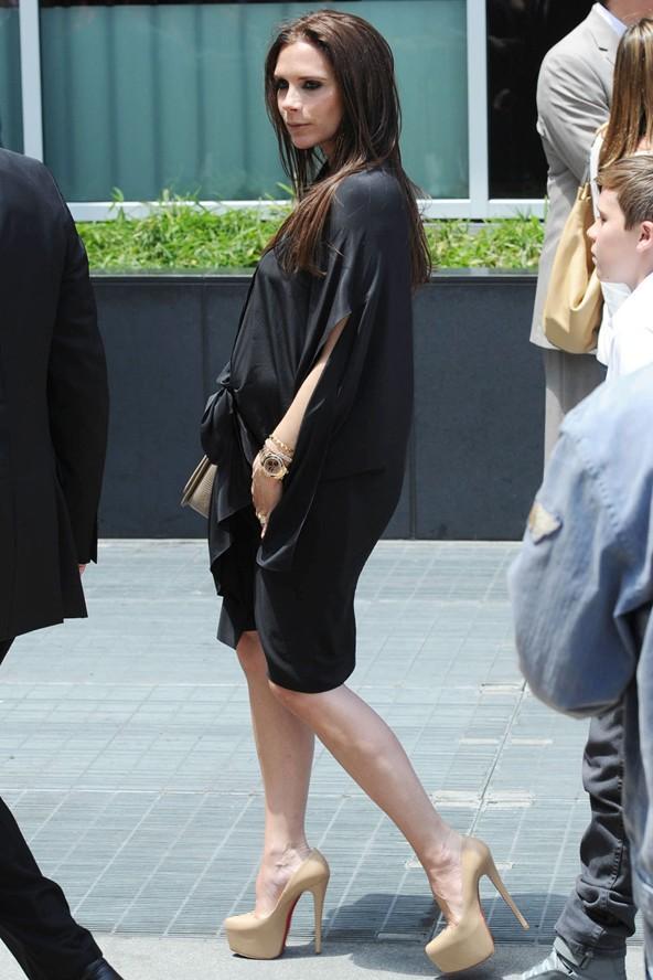 Victoria Beckham genellikle dökümlü ve koyu renk elbiselerle göbeğini saklamayı tercih ediyor.
