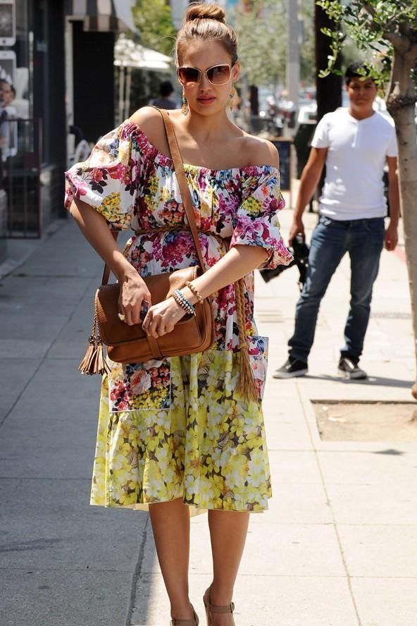 Favorimiz ve en şık hamile kadınlardan biri Jessica Alba... Düşük omuzlu yazlık elbisesi ile harika görünüyor.