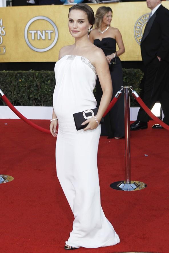 Bu beyaz, minimal straplez elbise bizim favorilerimizden.