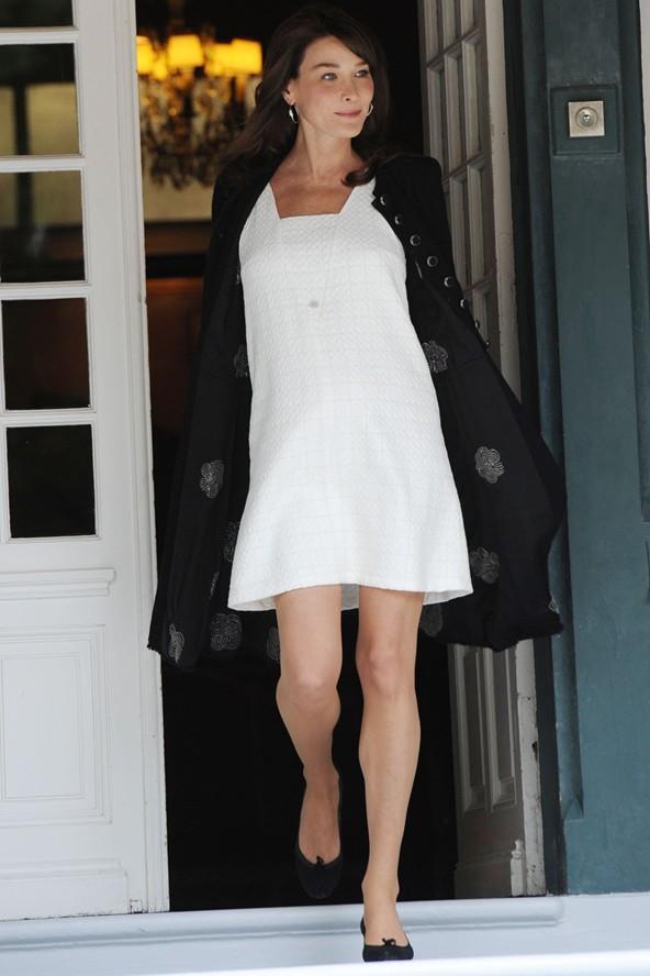 Fransa cumhurbaşkanının eşi ve eski manken Carla Bruni, bol kesimli beyaz bir elbiseyle değişen vücudunu gözler önüne seriyor.