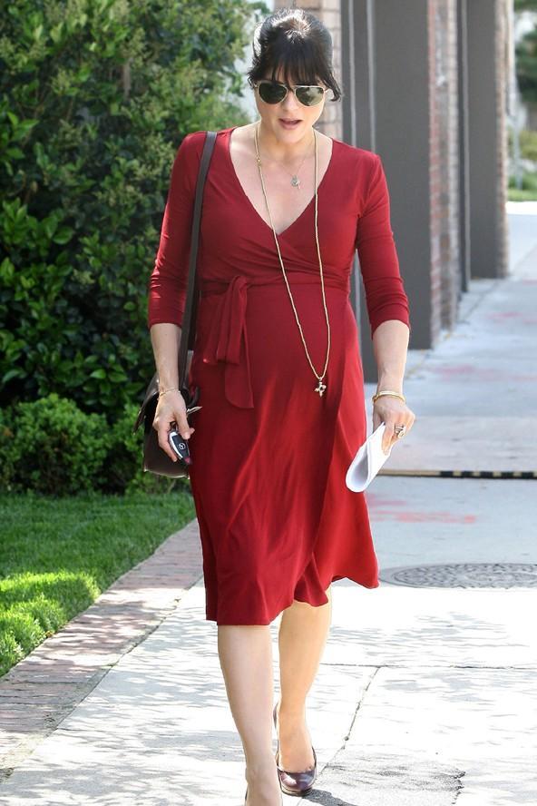 Büyüyen göbeğinizi sergilemenin en şık yollarından biri de anvelop elbiseler. Selma Blair ise bu kırmızı elbisenin içinde çok iyi görünüyor.