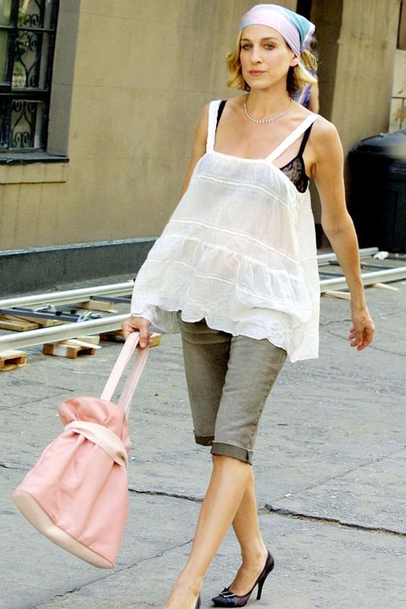 Sarah Jessica Parker hamileliği sırasında Sex and the City dizisinde oynamaya devam etti. Çekimler boyunca yandaki gibi göbeğini gizleyebilecek kıyafetler giyindi.