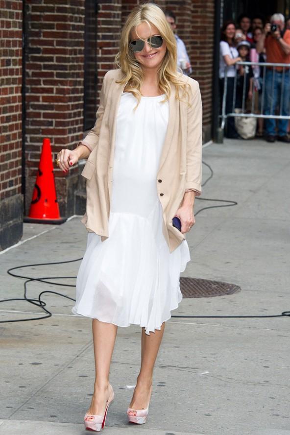 Kate Hudson'ın beyaz elbisesi ve üzerine giydiği ceketi çok şık.