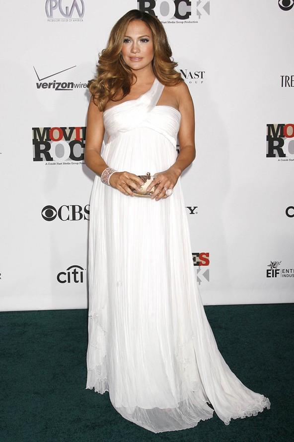 Formal davetlerde büyüyen göbeğinizi saklamanın en iyi yolu Yunan ve Roma esintili elbiselerdir. Jennifer Lopez de bu elbisesinin içinde çok şık görünüyor.
