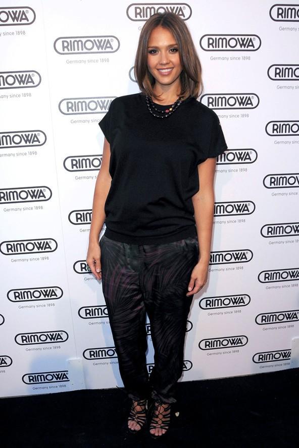 Jessica Alba elbiselere ara vermiş ve hamilelikle değişen fiziğini bir harem pantolon ve dökümlü bir bluzla gözler önüne sermeyi tercih etmiş.