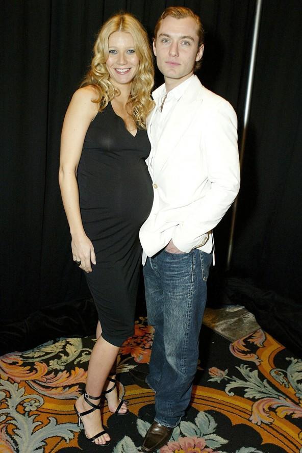 2004'te ilk çocuğuna hamileyken Gwyneth Paltrov siyah vücudu saran elbisesiyle büyümüş karnını kimseden gizlemeye çalışmıyor.
