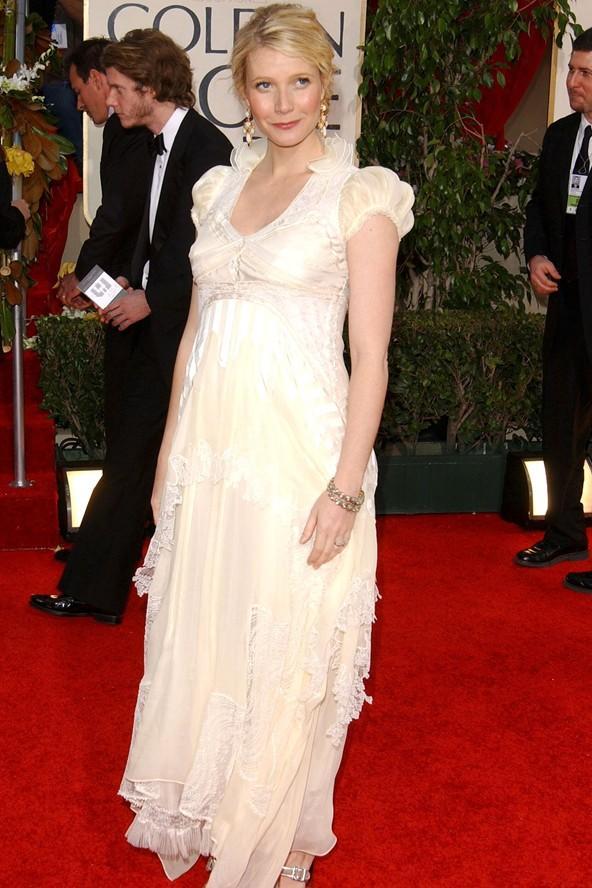 Güzel yıldız 2006'daki Golden Globe ödül Töreni'nde ise farklı bir tarz benimsemiş. Göğüs kısmından itibaren bollaşan elbisesi göbeğini gizliyor.